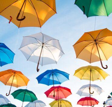 umbrellas-art-flying-asfalistikomarketing